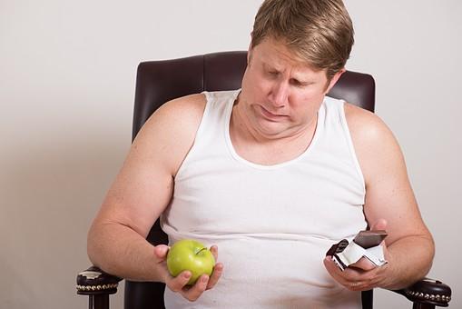 チョコレート 板チョコ  お菓子 スナック 間食 おやつ 高カロリー 青林檎 青リンゴ 青りんご 果物 ダイエット 食べたい 衝動 葛藤 外国人 男性 肥満 メタボ 茶髪 ブロンド 中高年 40代 デブ ぽっちゃり 白 タンクトップ 迷う 悩む 白背景 白バック mdjms014