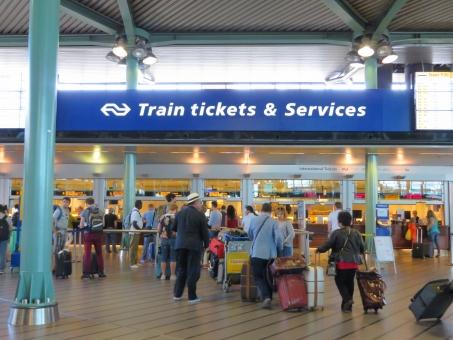 電車 列車 特急 鉄道 新幹線 海外 外国 ヨーロッパ 旅行 旅 一人旅 海外旅行 ひとり旅 並ぶ 混雑 列 荷物 駅 空港 切符 チケット 乗車券