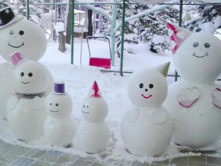 雪だるま ゆきだるま 家族 ファミリー 可愛い かわいい 雪 雪景色 外 北海道 冬 寒い 置物 飾りもの 飾り 帽子 雪ダルマ スノーマン 行事 12月 楽しい 大家族 にぎやか インテリア 白 クリスマス 笑顔 ほのぼの ワイワイ キュート