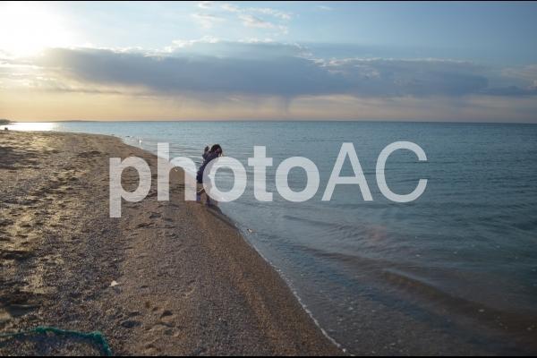 海に飛び込もうとする女の子の写真