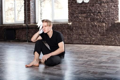 ダンス ダンサー ポーズ 体勢 姿勢 体位 運動 スポーツ 男性 男 外国人 全身 休憩 休息 休む 休み 一息 座る 片膝 膝 立てる 汗 拭く ぬぐう タオル mdfm074