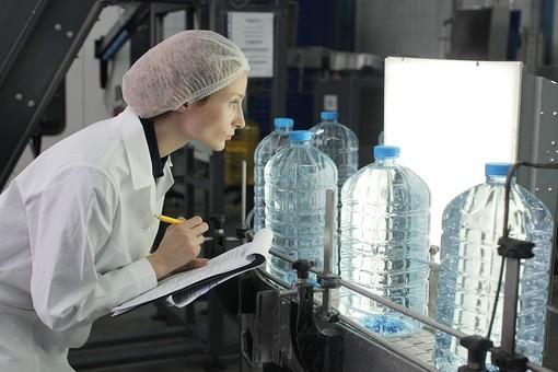 人物 外国人 仕事 作業服  作業着  衛生 オペレーター 従業員  責任者 管理者  工場 製造業 製造工場  帽子 ディスポキャップ  水 飲料水 飲用水 飲水 ミネラルウォーター 女性 確認 チェック 検品 検査 品質管理 メモ 記入 記録 横顔 mdff043