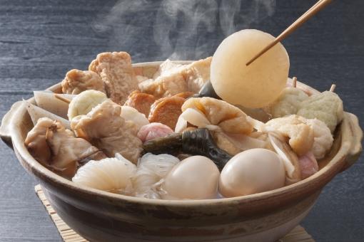 健康 和食 卵 ぬくもり 温かい 煮物 鍋 パワー つゆ 昆布 おでん ちくわ 巾着 しらたき 厚揚げ さつま揚げ 日本の伝統 三色団子 ごぼ天 冬の鍋 おでん鍋 冬の食 大根,コンニャク