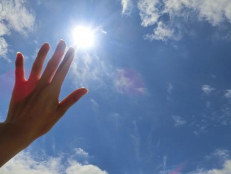 眩しい太陽と青空6の写真