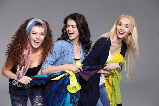 人物 外国人 モデル 女性 3人    複数 グループ 仲間 友達 友情  20代 若者たち 大学生 スタジオ撮影 白バック  白背景 ファッション カジュアル 布 ロープ 引っ張る 騒がしい かしましい  うるさい 笑顔 おしゃべり 楽しい 楽しげ 屈託のない 楽天的 女友達 取り合い   mdff025 mdff026 mdff027