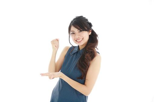 モデル 人物 日本人 日本 女性 女 女子 大人 20代 30代 ロングヘア  笑顔 スマイル 笑う 微笑む えがお 微笑み わらう 綺麗 きれい 可愛い 納得 ひらめく 閃く 閃めく 思いつく 思い付く 発見 手を打つ 手をうつ 白バック 白背景 mdjf019