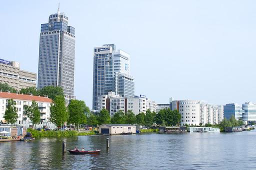 オランダ Holland アムステルダム 欧州 水上生活 運河 ボートハウス ビル オフィス マンション  岸辺 水上 街並み 建物 住居 家 水面 観光地 リゾート  クルーズ 自然 水上バス ヨーロッパ ホテル 憧れの地 休暇