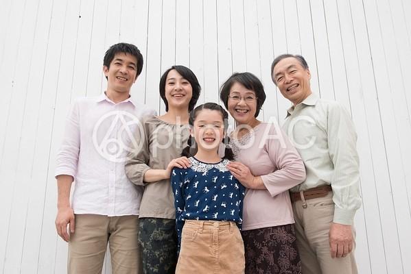 仲良し三世代家族(立ち姿)18の写真