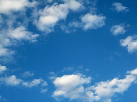 リング 輪 環 フレーム 枠 窓 青空 あおぞら 空 そら 広々 ひろびろ 雲 くも 自然 風景 青 白 もくもく モクモク ふわふわ フワフワ コピースペース 素材 背景 壁紙 blue sky white cloud