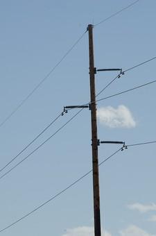 青空 空 お空 大空 晴天 晴れ 快晴 青色 青い 青天井 蒼穹 蒼天  爽やか 爽快 さっぱりした 健康的 電柱 電信柱 電気 電線 送電 送電線 伝送線 ケーブル