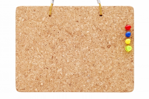 コルク コルクボード メッセージボード メッセージ 伝言板 案内板 ボード 厚板 広告 伝言 看板 スペース コピースペース 茶色 ベージュ 黄色 素材 背景 板 木 文房具 案内 余白 空白 空間 メニュー ピン 押しピン 画鋲 テクスチャ テクスチャー 木目 木肌 質感 吊るす 掛ける 紐 ロープ 糸 革ひも 革紐 模様 平面 壁 スタジオ撮影 木材 材木 白バック 白背景 無人