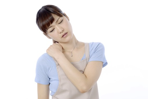 人物 屋内 白バック 白背景 日本人 1人 女性 20代 30代 エプロン  奥さん 奥様 婦人 家庭人 夫人 主婦 若い ポーズ 顔 表情 痛み 痛む 肩こり 肩 手 押さえる 押す さする 苦痛 辛い 不調 首をかしげる mdjf018