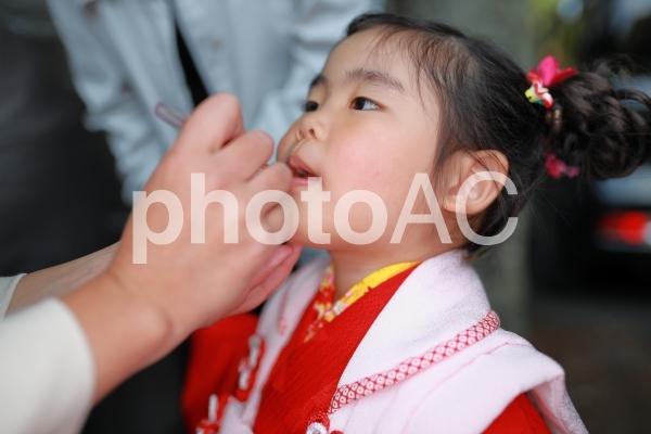 メイク中の女の子1の写真