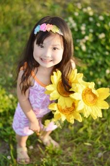 向日葵 子供 子ども こども 女の子 笑顔 笑う ひまわり ヒマワリ 夏 mdfk023