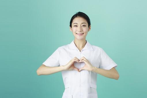 人物 女性 日本人 20代 30代   仕事 職業 医療 病院 看護師  ナース 医者 医師 女医 薬剤師  白衣 看護 屋内 スタジオ撮影 背景  グリーンバック おすすめ ポーズ 上半身 ハート ハートマーク 手 囲む 愛 心 気持ち mdjf010