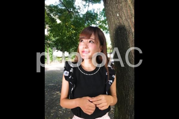 公園と女性 u008の写真