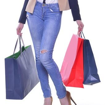 外国人 モデル 成人 大人 女性 女の人 若い モデル ファッション ショッピング 買い物 紙袋 赤 青 複数 持つ ジーンズ ピンヒール ハイヒール ジャケット ポーズ 下半身 正面 室内 屋内 白背景 撮影