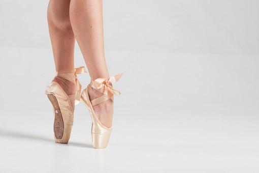ダンス ダンサー ポーズ 体勢 姿勢 体位 女性 女 運動 スポーツ バレエ バレリーナ 下半身 脚 足 トゥシューズ バレエシューズ つま先 つま先立ち 揃える 伸ばす リボン ふくらはぎ 筋肉 接写 クローズアップ