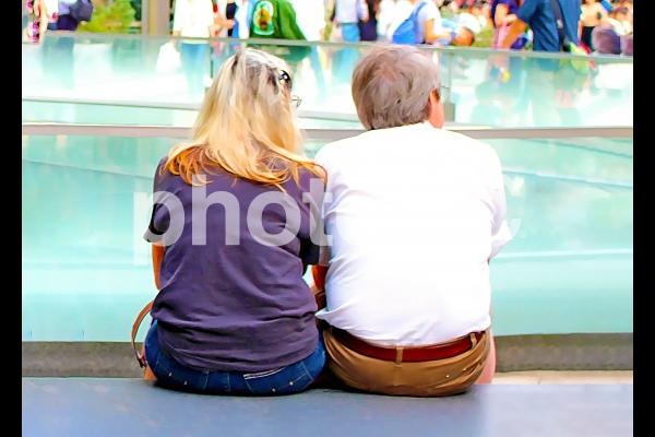 寄り添う高齢夫婦1の写真