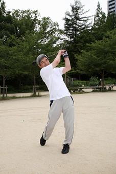 シニア 老人 おじいちゃん 中年 白髪 男性 おじいさん ゴルフ 趣味 ライフスタイル ジャージ 公園 スイング ナイスショット ドライバー ドライバーショット スポーツ 外 屋外 人物 日本人 60代 ポーズ 構える 打つ 全身 練習 シニアライフ 運動 mdjm013