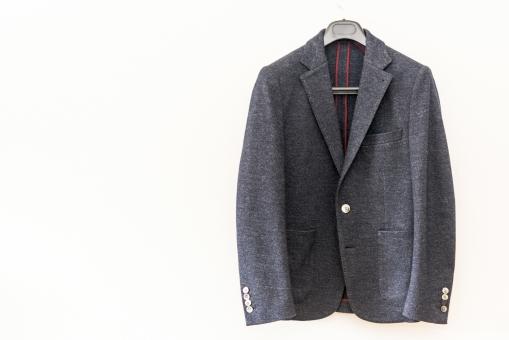 ジャケット 正装 ブレザー 冬服 服 男性 フェルト ジャージ 紺 コピースペース 白バック ハンガー おしゃれ ファッション