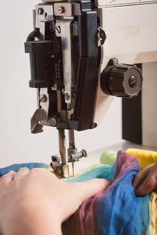 ソーイング 縫い物 裁縫 洋裁 手芸  手仕事 裁縫道具 裁縫用品 アップ 素材  趣味 ハンドメイド ホビー 生活 暮らし  小物 手縫い ファッション 縫う 針仕事 ミシン 部分 パーツ 針 機械 布 手 手元