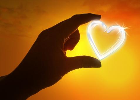 手 ハンドサイン 指 バレンタイン バレンタインデー 愛 愛情 恋愛 心 真心 絆 きずな こころ まごころ 夕方 夕景 夕暮れ 夕焼け 恋 恋人 結婚 ラブ 思いやり やさしい 優しい 優しさ やさしさ 家族 プロポーズ 幸せ