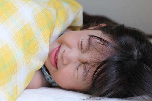 子供 人物 女の子 小学生 病気 風邪 寝る 寝込む 日本人 女子 こども キッズモデル 正面 室内 屋内 白バック 白背景 上半身 欠席 休む 辛い 発熱 顔 クローズアップ 布団 表情