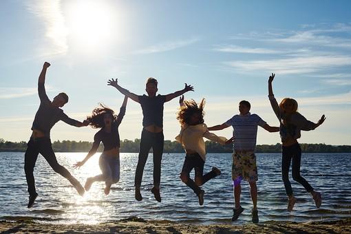 水際でジャンプする若者たち4の写真