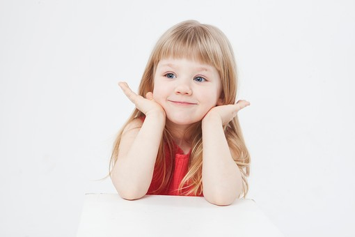 外国人 白人 キッズモデル モデル キッズ 子供 子ども 白バック 白背景 屋内 スタジオ撮影  人物 女の子 女児 女 少女 幼児 小学生 顔 アップ ストレートヘア ストレート 金髪 ブロンド ロング ロングヘア ポートレート ポートレイト 微笑む 微笑 スマイル 笑顔 表情 肘をつく かわいい mdfk043