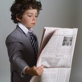 外国人 外人 白人 男性 男 男の子 子供 子ども 幼児 パーマ 天然 幼稚園 小学生 ビジネス ビジネスマン 仕事 働く 労働 サラリーマン 営業 スーツ ネクタイ ストライプ Yシャツ ワイシャツ 新聞紙 新聞 ニュース 情報 取得 得る 読む 見る 持つ 英字 英語 mdmk011