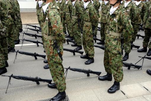 陸上自衛隊 自衛隊 部隊 自衛隊員 兵士 銃 小銃 自動小銃 武器 訓練 迷彩 迷彩色 迷彩服 人 人物 隊員 隊列 列 整列 歩行訓練 ブーツ 演習 練習 模擬訓練 軍備 陸軍 軍隊 ミリタリー 駐屯地 屋外 日本