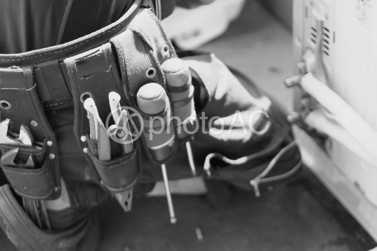 腰に巻かれた工具一式の写真