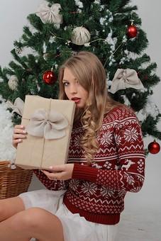 白バック 白背景 グレーバック 外国人 白人 金髪 ブロンド 20代 30代 女性 セーター ニット ノルディック柄 スカート クリスマス Christmas X'mas クリスマスツリー ツリー モミ もみの木 樅の木 モミの木 飾り オーナメント ボール リボン ブーツ 松ぼっくり 座る 横座り プレゼント 箱 ボックス 贈り物 BOX 持つ カメラ目線 笑顔 スマイル 笑う 微笑む 籠 かご バスケット 綿 雪 mdff129