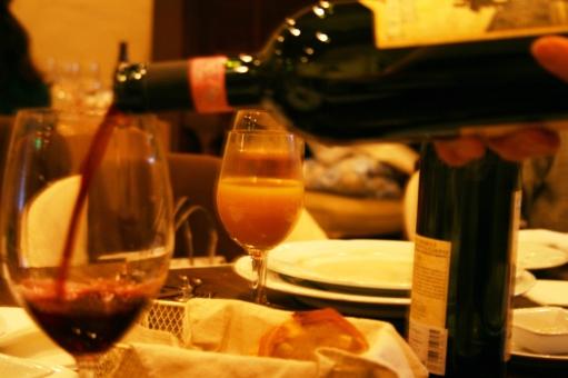 ワイン WINE ワイングラス ワインボトル 食事 ディナー dinner レストラン デート 女子会 注ぐ 赤ワイン パーティー ワイン会 ワンシーン ぼかし ぼかし効果