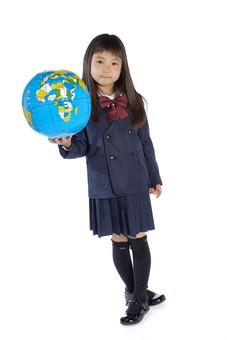 人物 子供 こども 女の子 女児 児童 少女 小学生 入学式 進級 進学 入学 学校 新入学 制服 私立 礼服 正装 ランドセル 通学 転校 留学 引っ越し グローバル 世界 環境 地球儀 国際交流 スタジオ撮影 白背景 白バック 日本人  mdfk021