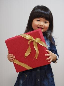 プレゼント 感謝 女の子 子ども 子供 女児 日本人 笑顔 girl child kids japanese present リボン 箱 母の日 父の日 敬老の日 子供の日 孫の日