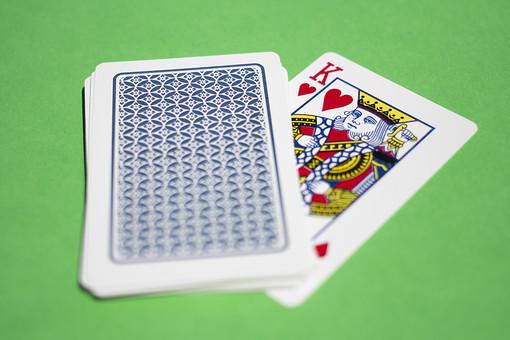 トランプ カード ゲーム 札 屋内 グリーンバック 緑背景 娯楽 机 テーブル  K キング 13 ハート 青 模様 裏 裏側 模様 緑  絵札 黒  手品 マジック 遊び 絵札  重ねる 配る 切る カードゲーム