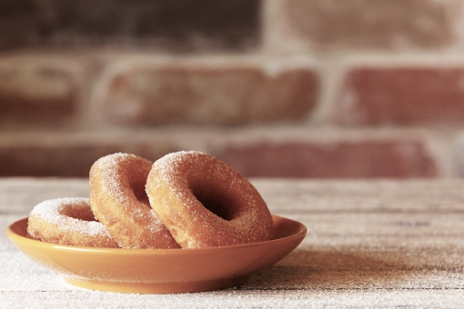 ドーナツ おやつ 3時のおやつ スイーツ 砂糖 砂糖まみれ 古いレンガ カフェ デザート