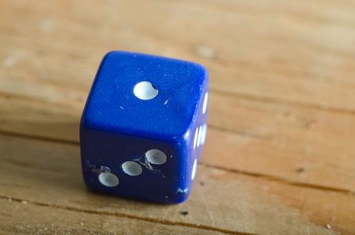 数字 目 さいころ サイコロ ダイス ゲーム ギャンブル 賭け事 賭博 カジノ 勝負 運 玩具 おもちゃ 娯楽 複数 アップ 屋内 室内 テーブル 床 素材 青 1個 双六 すごろく 1