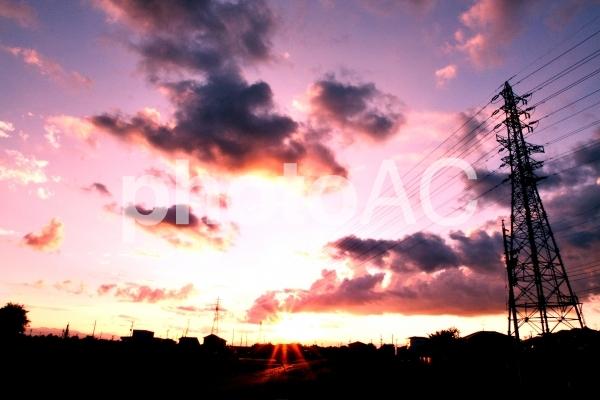 鉄塔と夕焼けの写真