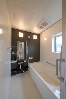 ユニットバス 風呂場 浴室 茶 白 住宅