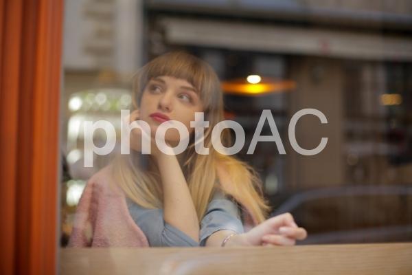 窓辺の女の子の写真