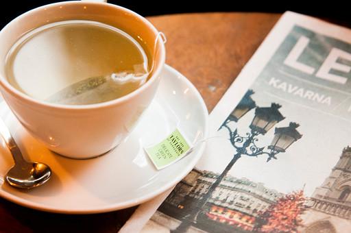 冬 屋内 室内 部屋 飲み物 ドリンク ホット 温かい お茶 紅茶 ハーブティー カップ ソーサー スプーン ティーパック 雑誌 ひと時 休憩 リラックス 癒やし クローズアップ 静物 スティルライフ スチルライフ カフェ テーブル