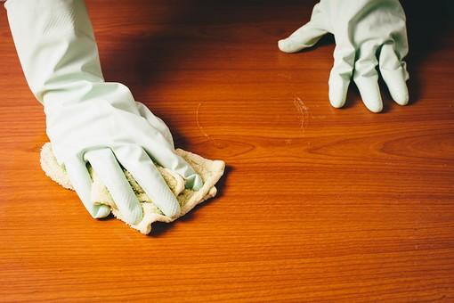 クリーナー 汚れ 木目 床 テーブル 机 屋内  掃除 洗剤 洗う 家庭 清潔 綺麗 きれい 家事 濯ぐ 衛生 労働 クローズアップ タオル 布 雑巾 黄緑 両手 掴む 握る 擦る 拭き取り 拭く 拭き掃除