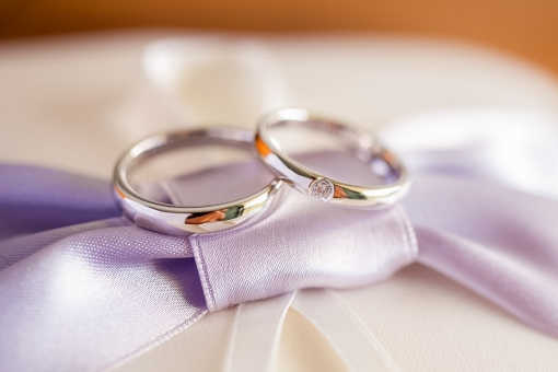 ウェディング ブライダル ブライト 結婚式 結婚指輪 誓い ペアリング カップル 夫婦 挙式 指輪交換 幸せ ハッピー 未来 明るい 輝く 希望 光 夫婦 ピロー ブーケ 花嫁 花婿 教会 チャペル ハネムーン 新婚 男性 女性 atohs
