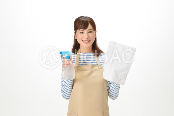 拭き掃除道具を持つ主婦1の写真