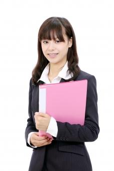 女性 人物 ビジネスウーマン 20代 二十代 女の子 若い 日本人 笑顔 えがお 可愛い かわいい ポートレート モデル 美しい 美人 きれい 綺麗 ビジネス オフィス スーツ オフィスレディー 会社 会社員 企業 仕事 働く 職場 ol 秘書 受付嬢 受付 ファイル フォルダー 書類 資料 会議 朗らか にこやか ほほえむ 微笑む ほほえみ 微笑み 白 背景 白バック 白背景 スタジオ撮影 スタジオ 無地背景 1人 一人 余白 コピースペース アップ 上半身