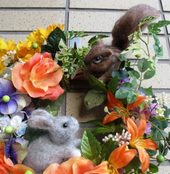 羊毛フェルト ウサギ リス 花 アレンジ リース 仲良し 出逢い ハンドメイド ラパン 手作り 薔薇 オレンジ グリーン 秋 収穫
