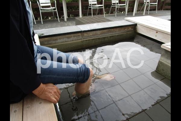 足湯に浸かる女性の写真